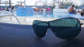 Les lunettes de soleil s'approchent de la piscine pendant l'été photo stock