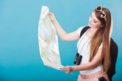 Les lunettes de soleil de touristes de femme ont indiqué la carte sur le bleu Photo libre de droits