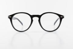 Les lunettes noires de forme ronde, style de vintage, ont isolé le dos de blanc Images libres de droits