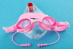 Les lunettes roses de bain se trouvent sur un boîtier en plastique, comme un petit animal, le concept d'un mode de vie actif et d photo stock