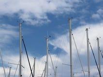 Les mâts de la navigation fait de la navigation de plaisance contre le ciel bleu avec les nuages blancs Faites de la navigation d images libres de droits