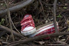 Les médecines légales et l'enquête badinent des chaussures dans la forêt Photo stock