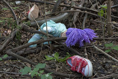 Les médecines légales et l'enquête badinent des chaussures dans la forêt Photographie stock libre de droits