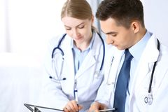 Les médecins discutant le médicament enregistre la forme ou l'étude à la conférence médicale Soins de santé, assurance et concept image stock
