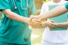 Les médecins et les infirmières coordonnent des mains Photo libre de droits