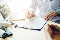 Les médecins et les patients s'asseyent et parlent au patient au sujet du medicatio photographie stock