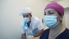 Les médecins font le diagnostic de l'organisme utilisant un diagnostic audiovisuel banque de vidéos