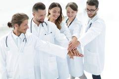 Les médecins joyeux sont fiers de leur travail d'équipe Photo libre de droits