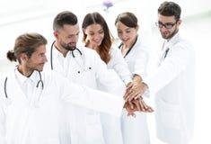 Les médecins joyeux sont fiers de leur travail d'équipe Photographie stock libre de droits