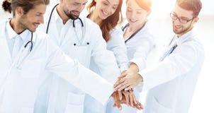 Les médecins joyeux sont fiers de leur travail d'équipe Photos libres de droits