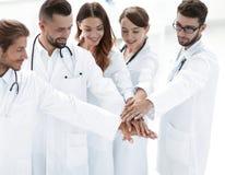 Les médecins joyeux sont fiers de leur travail d'équipe Image libre de droits