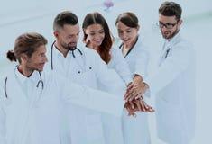 Les médecins joyeux sont fiers de leur travail d'équipe Photographie stock