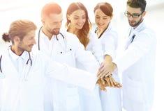 Les médecins joyeux sont fiers de leur travail d'équipe Image stock