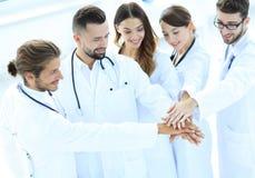 Les médecins joyeux sont fiers de leur travail d'équipe Images libres de droits