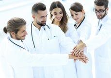 Les médecins joyeux sont fiers de leur travail d'équipe Photo stock