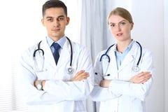 Les médecins se tenant directement avec des bras ont croisé dans l'hôpital Médecins prêts à aider Concept des soins de santé, tra Photographie stock
