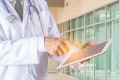 Les médecins utilisent des comprimés pour travailler image stock
