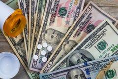 Les médicaments délivrés sur ordonnance aux Etats-Unis sont chers, le concept, Rx sur des dollars US, configuration plate photo stock