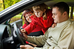 Les ménages mariés et la petite fille se reposent dans le véhicule en stationnement Photos stock
