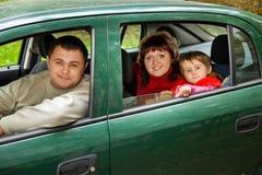 Les ménages mariés et la petite fille se reposent dans le véhicule en stationnement Photographie stock