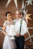 Les ménages mariés gais se tenant près du mur de briques ont décoré W Photos stock