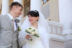 Les ménages mariés neuf regardant l'un l'autre Photos stock