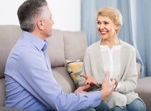 Les ménages mariés se comprennent et s'aiment et sont heureux dans h photo libre de droits