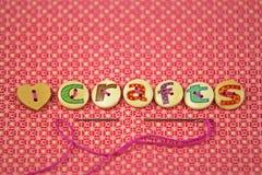 Les métiers de mot écrits à disposition ont peint des lettres sur des boutons illustration stock