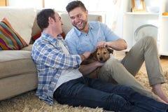 Les mêmes ajouter de sexe à la maison au chien image libre de droits