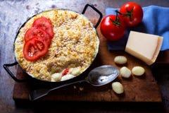 Les macaronis de fromage font cuire au four avec des tomates images stock