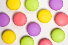 Les macarons, bonbon durcit dans différentes couleurs, fond blanc, photo de nourriture Photo stock