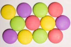Les macarons, bonbon durcit dans différentes couleurs, fond blanc, photo de nourriture Image stock