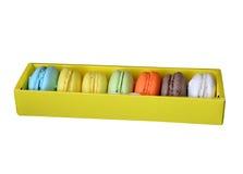 Les macarons dans la boîte jaune ont isolé le fond blanc et le x28 ; path& x29 de coupure ; Photographie stock