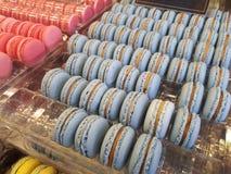 Les macarons de bleu et de rose se ferment  images libres de droits