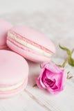 Les macarons de rose en pastel avec se sont levés Photographie stock libre de droits