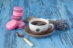 Les macarons et la tasse de café roses près ont séché le levender photos libres de droits