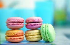 Les macarons français colorés traditionnels sont confection douce de meringue photographie stock libre de droits