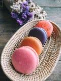 Les macarons français de couleur de Pastal regardent si doux dans le peu de bambou Photos libres de droits