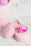Les macarons roses doux avec se sont levés Photo libre de droits
