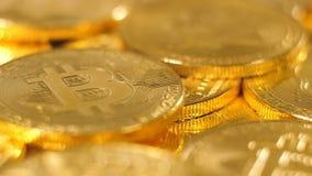 Les macro pièces de monnaie appartiennent à la devise virtuelle attirant les banques mondiales clips vidéos
