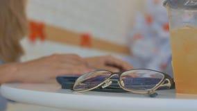Les macro verres Juice Phone sur la fille de Tableau remet le type clips vidéos
