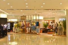 Les magasins d'habillement dans le centre commercial au détail moderne centrent le ¼ Œ d'interiorï de bâtiment de ŒCommercial de  Images libres de droits