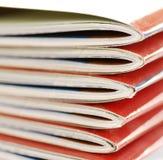 les magazines proches de tache floue empilent vers le haut Image stock