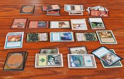Les magiciens luttent dans la magie de jeu de carte le rassemblement Photo stock