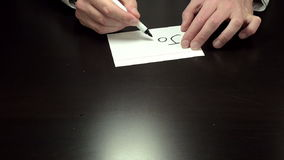 Les mains écrivant la note se joignent banque de vidéos
