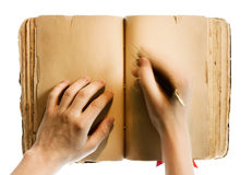 Les mains écrivent dans le livre Image libre de droits