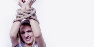 Les mains attachées du ` s de femme comme symbole du désir pour la liberté luttent, t photos stock