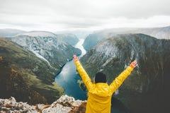 Les mains augmentées heureuses de voyageur weekend la fuite en montagnes Images stock