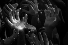 Les mains augmentent au-dessus de l'aide de attente foncée, espoir et plus photo libre de droits