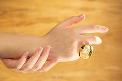 Les mains avec de beaux ongles ont peint lumineux, manucure photographie stock